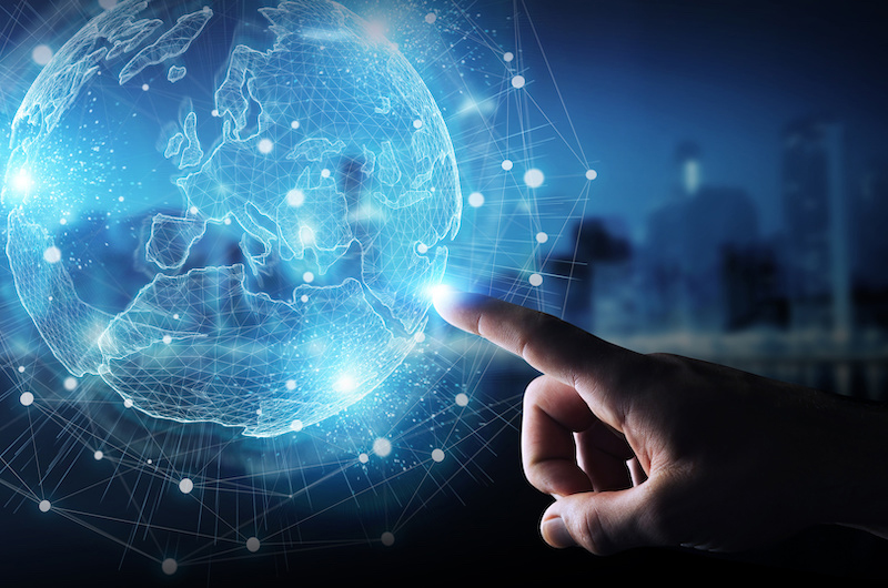 Finger zeigt auf ein das Hologramm eines Globus - OMS Arbeitslosenquote, Konjunktur 19/20